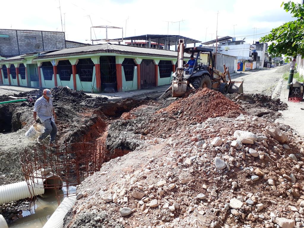 Instalan sistema de aguas lluvias en calle Tarqui