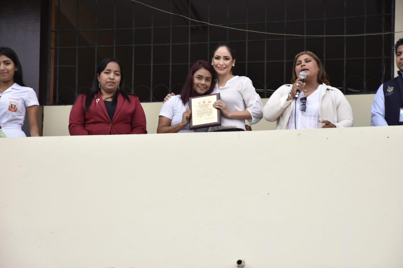 Unidad educativa Otto Arosemena entregó reconocimiento a alcaldesa