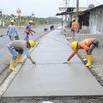 Se funden aceras en calle García Moreno recién asfaltada