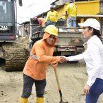 Alcaldesa inspecciona asfaltado de calles en sectores de Milagro